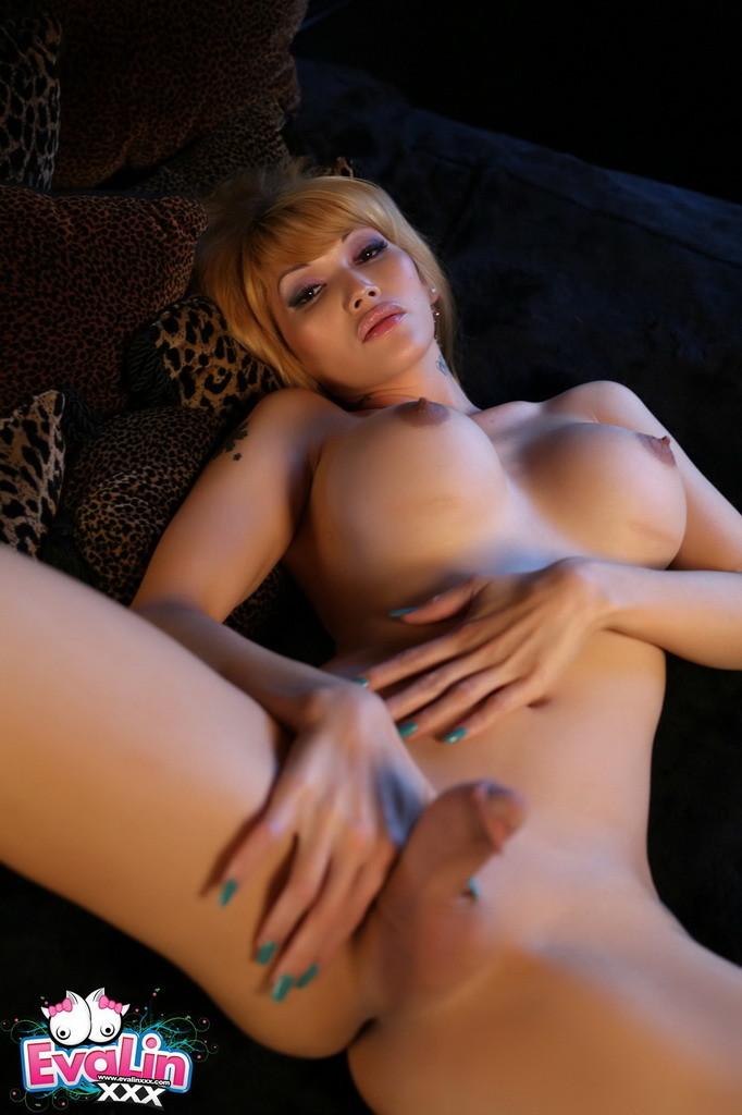 Attractive Eva Shows Us Her Goodies