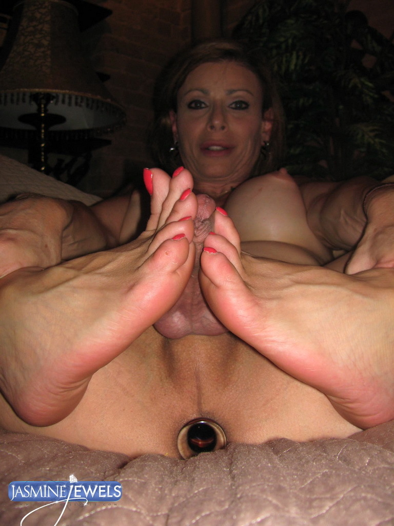 spicy tmilf jasmine jewels giving a flirtatious footjob
