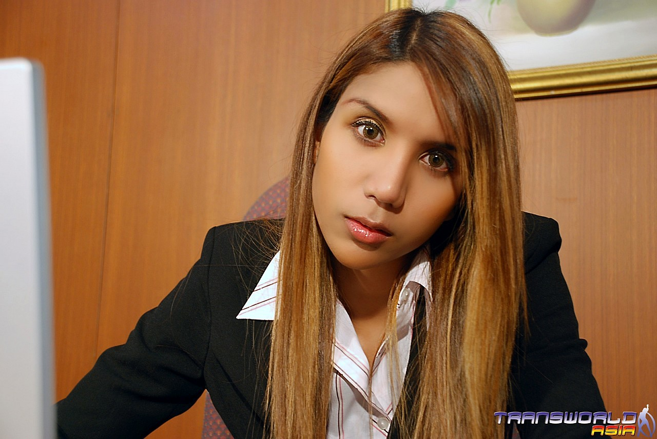 thai ladyboy cuming on the desk