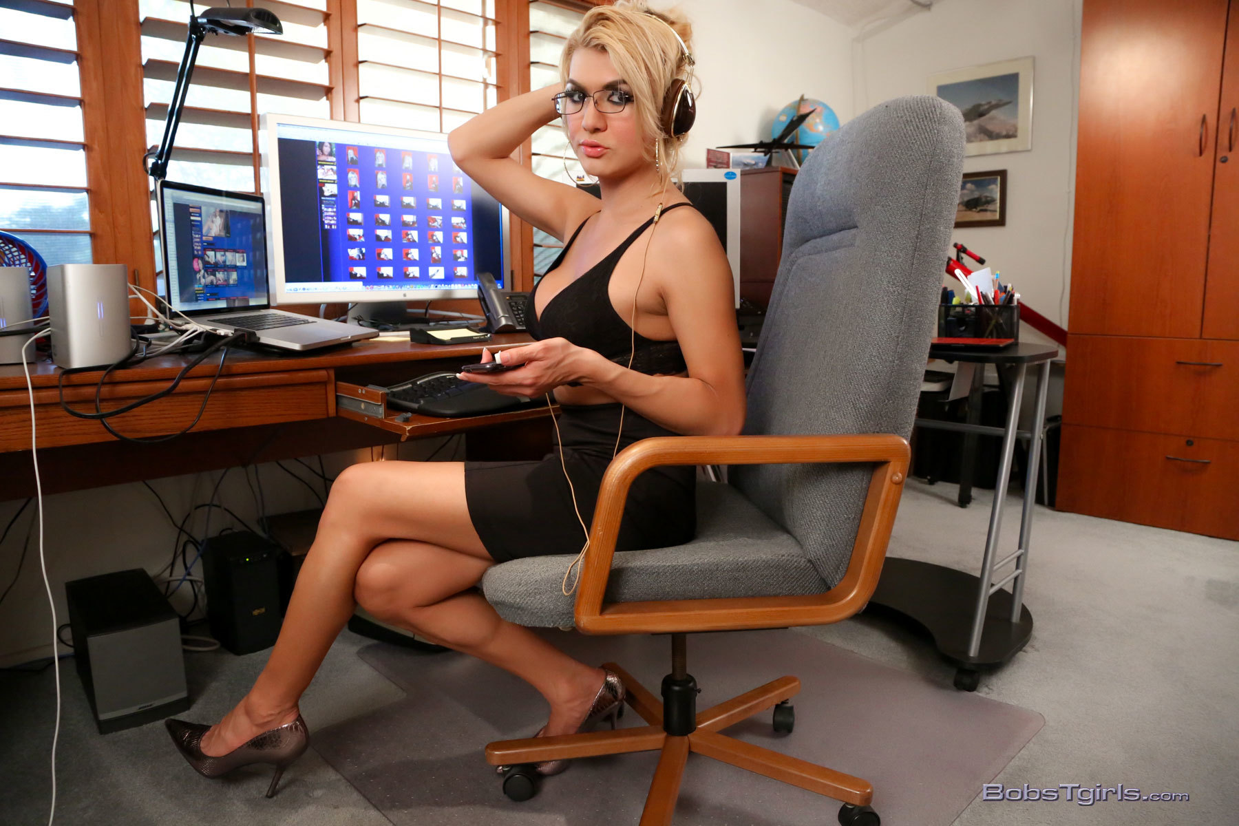 yummy gianna strips in office