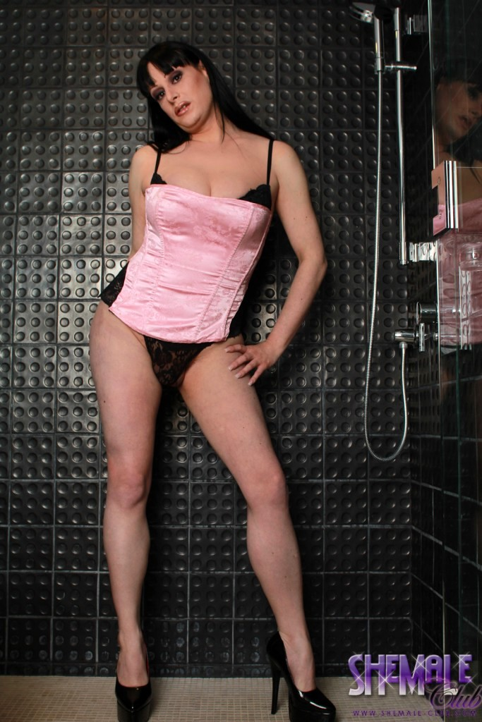 yummy tiffany taylor posing in the shower